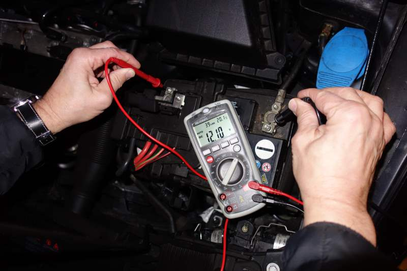 autobatterie-messen-multimeter